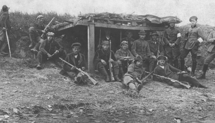 III powstanie śląskie - grupy powstańców na pozycjach nad Olzą - powstańcy przy ziemiance.