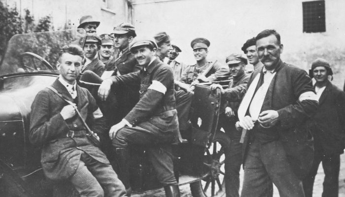 Powstańcy Śląscy w miejscowości Herby, w samochodzie siedzi w mundurze kpt. Teodor Kulik ps. Bogdan