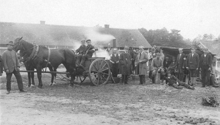 Powstańcza kuchnia polowa, z laseczką stoi Leon Kabicz 1921
